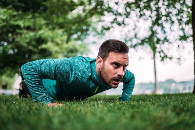 Fitness, sport, training en levensstijl concept. push-ups doen.