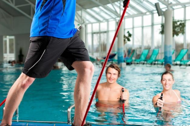 Fitness - sportgymnastiek onder water in zwembad