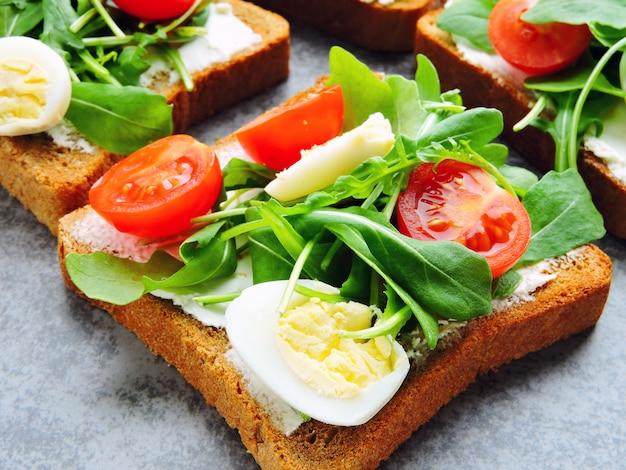 Fitness toast met rucola, roomkaas, cherry tomaten en kwarteleitjes
