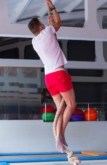 Fitness touw klim oefening in fitness gym training.
