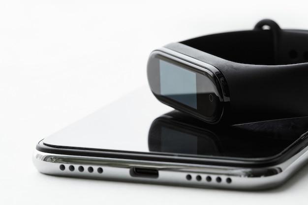 Fitness tracker ligt op de smartphone