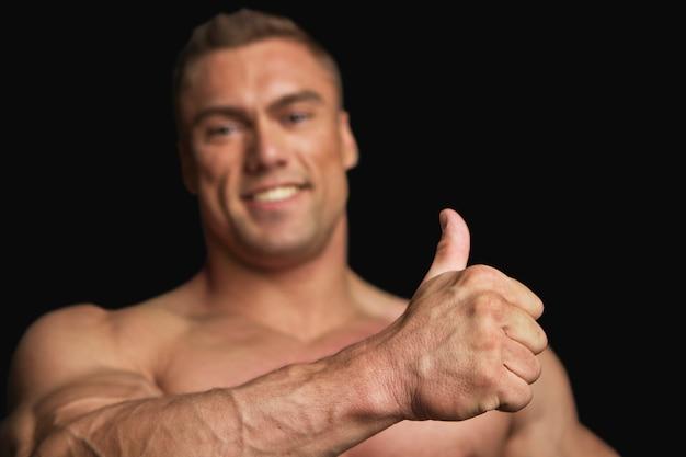 Fitness trainer met grote duim