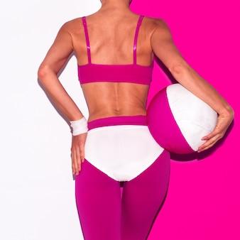 Fitness vibratie. strand volleybal. pop-art stijl. mode meisje