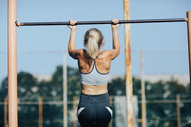 Fitness vrouw aanscherping op een torentje