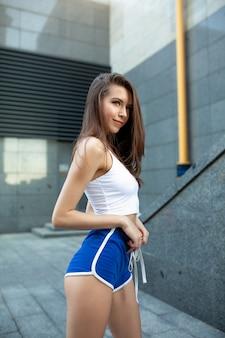 Fitness vrouw agent ontspannen na stad rennen en trainen buitenshuis.
