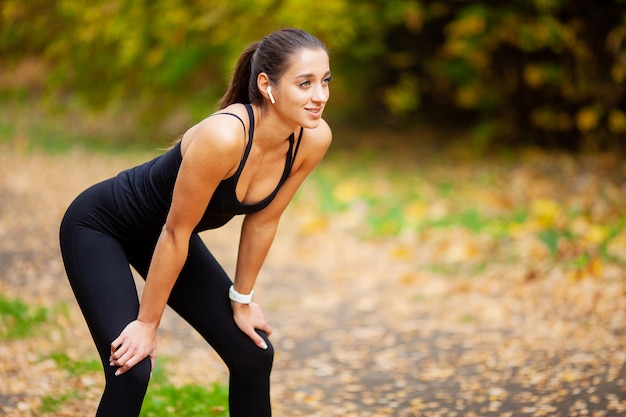 Fitness. vrouw die trainingoefening op straat doet