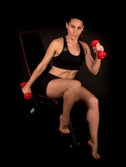Fitness vrouw doet bankgewichten