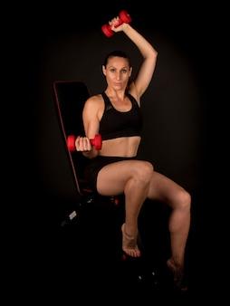 Fitness vrouw doet triceps op de bank