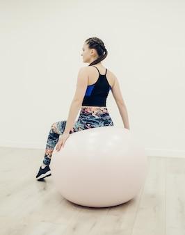 Fitness vrouw doet warming-up
