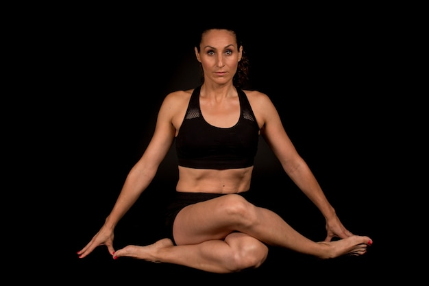 Fitness vrouw doet yoga stretching