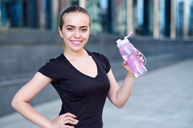 Fitness vrouw drinkwater na de training