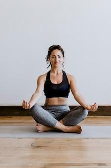 Fitness vrouw in een padmasana pose