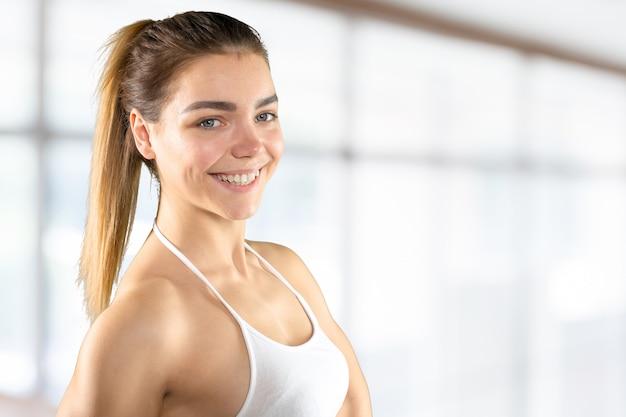 Fitness vrouw. jong sportief kaukasisch vrouwelijk geïsoleerd model