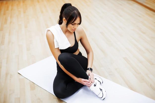 Fitness vrouw. jonge aantrekkelijke vrouw die oefeningen in geschiktheidsgymnastiek doet