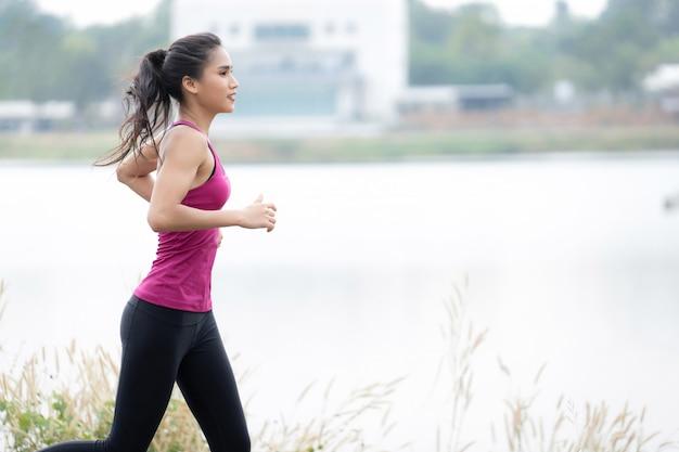 Fitness vrouw loopt