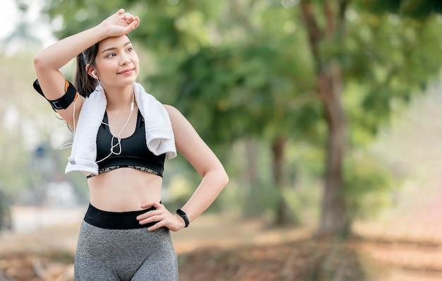 Fitness vrouw loper ontspannen na het hardlopen en buiten trainen.