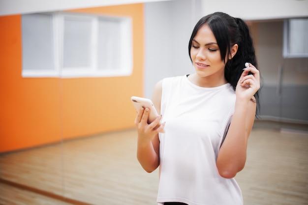 Fitness vrouw luisteren naar muziek met koptelefoon