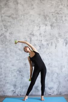Fitness vrouw met halters oefeningen doen