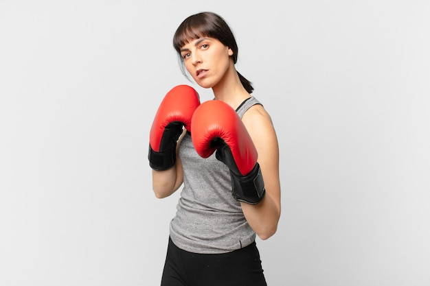 Fitness vrouw met rode bokshandschoenen.