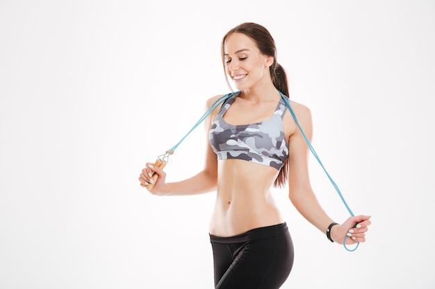 Fitness vrouw met springtouw. naar beneden kijken. geïsoleerd