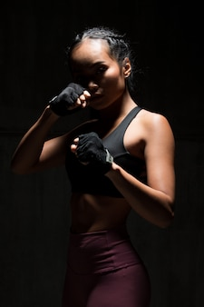 Fitness vrouw oefenen boksen gewicht punch donker silhouet