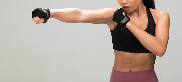 Fitness vrouw oefening boksen gewichtsstempel