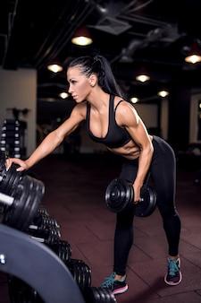 Fitness vrouw opheffing halter
