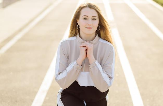 Fitness vrouw opleiding buitenshuis, actief gezond leven