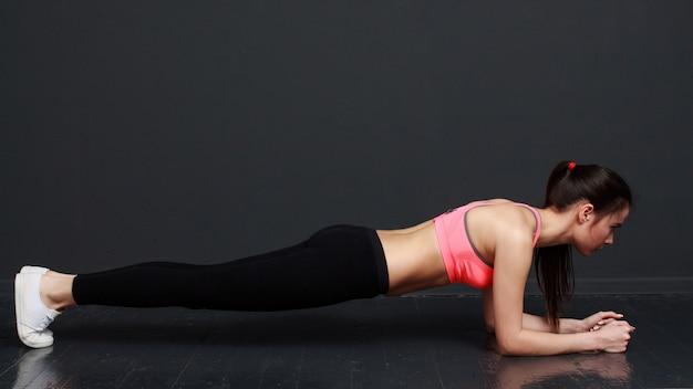 Fitness vrouw planck oefening doet
