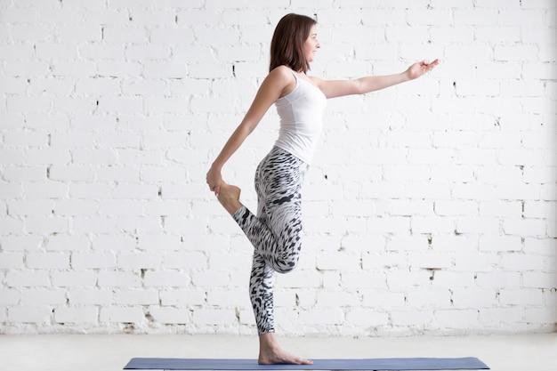 Fitness vrouw strekt voor de training