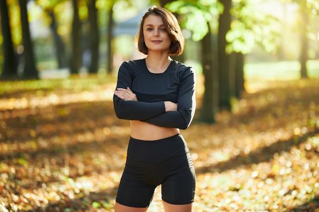 Fitness vrouw terwijl je in het park staat