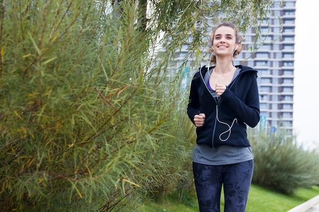 Fitness vrouw training en joggen in herfst park