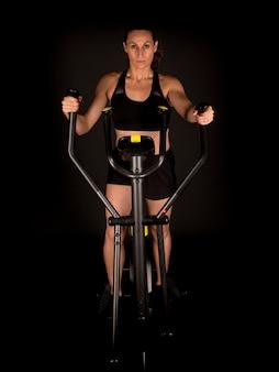 Fitness vrouw training op elliptische trainer