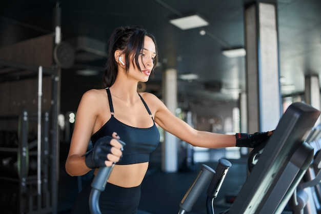 Fitness vrouw training op loopband