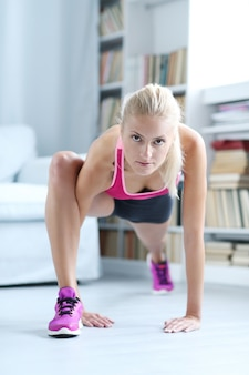 Fitness vrouw training thuis