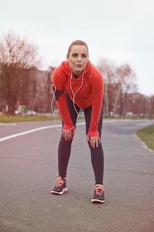 Fitness vrouw. wie mooi wil zijn moet pijn lijden! stop om te excuseren!