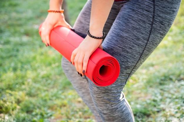 Fitness yoga meisje doet oefeningen buiten gras