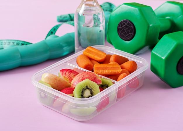 Fitnessapparatuur. gezond eten. concept gezond voedsel en sport levensstijl.
