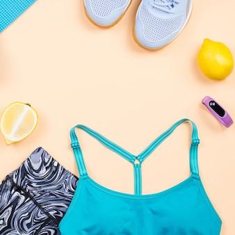 Fitnessapparatuur. vrouw training accessoires en kleding opmaken. bovenaanzicht, fitness achtergrond