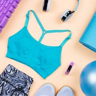 Fitnessapparatuur. vrouw workout accessoires en kleding plat lag. bovenaanzicht, fitness achtergrond