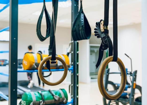 Fitnessbanden: traymateriaal voor tractie en ophanging ongym achtergrond