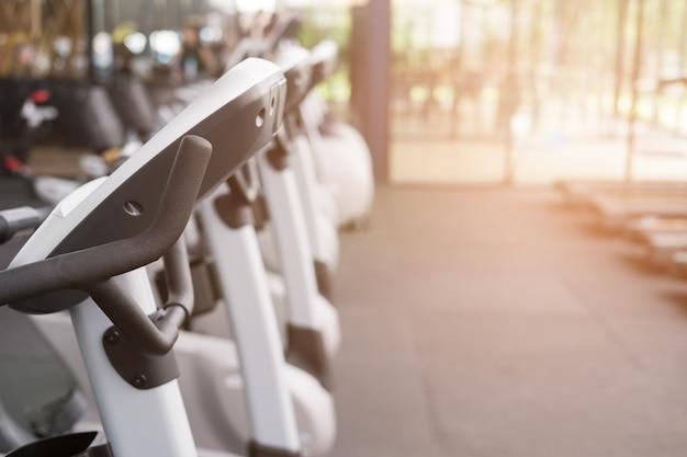 Fitnesscentrum, sportschoolinterieur, gezondheidsclub met sporttrainingsapparatuur voor aerobicsoefeningen en bodybuilding