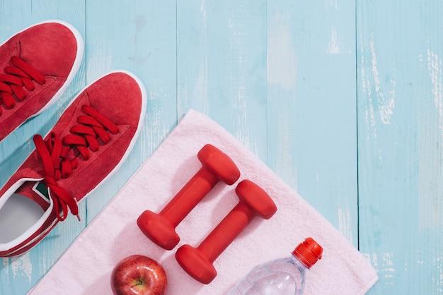 Fitnessconcept met halters en rode appel - sport en vrije tijd