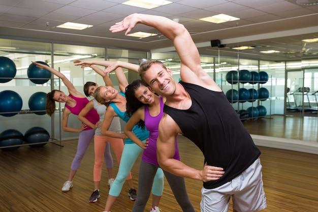 Fitnessles onder leiding van een knappe instructeur