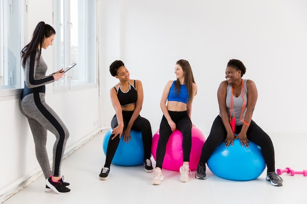 Fitnessles voor vrouwen tijdens de pauze