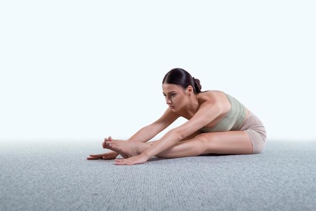 Fitnessoefeningen doen, yoga beoefenen in de klas, jonge vrouw die thuis mediteert. training, fitness, mindfulness, training, meditatie, yoga, zelfzorg, ontspanning, pilates, gezond levensstijlconcept