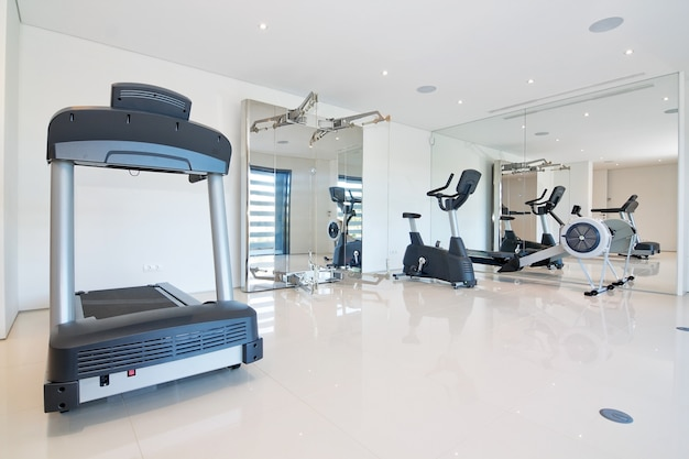 Fitnessruimte thuis. met fitnessapparatuur.
