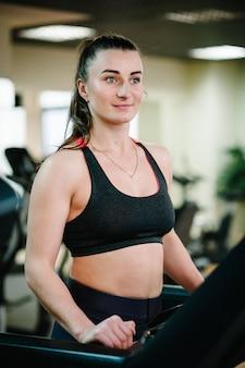 Fitnesstrainer houdt zich bezig met sporten in de sportschool