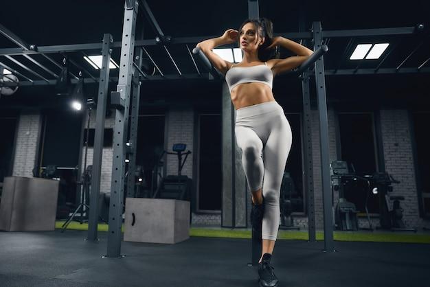 Fitnessvrouw poseren in sportschool
