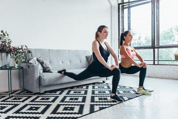 Fitnessvrouwen doen voorwaarts een beenstap lunge-oefeningen.